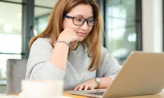 mujer joven charlando en línea sonriendo. foto