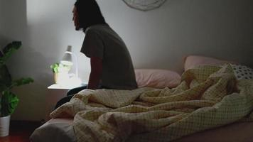 hombre asiático durmiendo en el dormitorio en casa. video