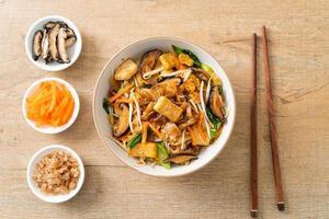 fideos salteados con tofu y verduras foto