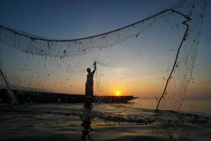 silueta de un pescador foto