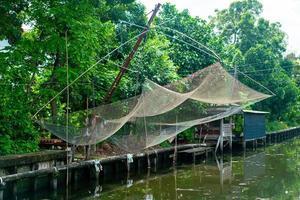 redes de pesca colgadas en el canal foto