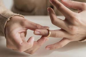 cerrar las manos con el anillo de bodas foto