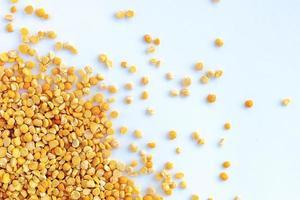 guisantes amarillos que se utilizan para hacer sopa y budín de guisantes. aislado foto