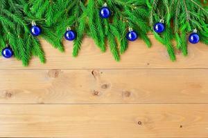 Borde navideño en forma de arco ancho aislado en blanco, compuesto de ramas de abeto fresco y adornos en rojo y plata. foto