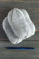 lana de tejer azul y agujas de tejer. foto