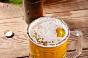 vaso de cerveza en la mesa de madera, vista superior. botellas de cerveza. enfoque selectivo. Bosquejo. copia espacio plantilla. blanco. foto