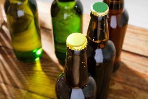 botellas de cerveza en una mesa de madera. vista superior. enfoque selectivo. Bosquejo. copia espacio plantilla. blanco. foto