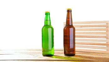 foto de dos botellas de cerveza llenas diferentes sin etiquetas. Trazado de recorte separado para cada botella incluida. Dos fotos separadas fusionadas. Botellas de vidrio de cerveza diferente sobre fondo blanco claro