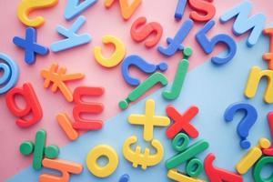 Letras de plástico de colores sobre fondo de color, vista superior foto