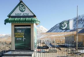 khunjerab pass, pakistán, 2017 - el cajero automático más alto del mundo del banco nacional de pakistán en la frontera pak-china. gilgit baltistan. foto