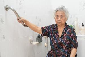 Asia mujer mayor paciente uso pendiente pasarela manejar seguridad con ayuda asistente de apoyo en enfermería hospital concepto médico fuerte saludable. foto