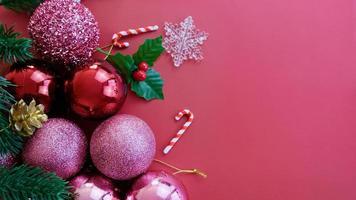 adornos navideños, pino, bolas rosadas, copos de nieve sobre fondo rosa foto