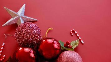 adornos navideños, estrellas brillantes, bolas rojas, copos de nieve sobre fondo rojo foto