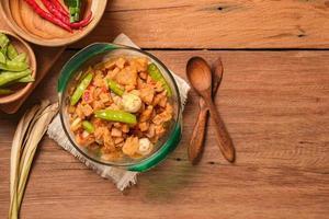 platos especiales de indonesia durante el eid llamado sambal goreng kentang foto