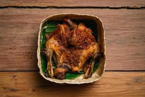 Indonesia cocina tradicional hecha de pollo frito, ayam goreng kalasan foto