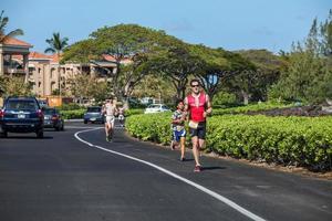 waikoloa, estados unidos, 3 de abril de 2011 - corredores no identificados en el triatlón lavaman en waikoloa, hawaii. se lleva a cabo en formato olímpico: 1,5 km de natación, 40 km de ciclismo y 10 km de carrera. foto