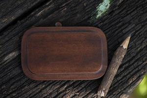 lápiz pegado sobre un fondo de madera vieja. foto
