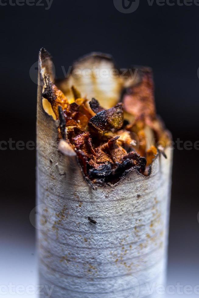 primo piano o malsana sigaretta affumicata foto