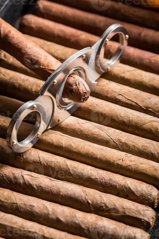 ghigliottina e sigaro sul mucchio di sigari foto