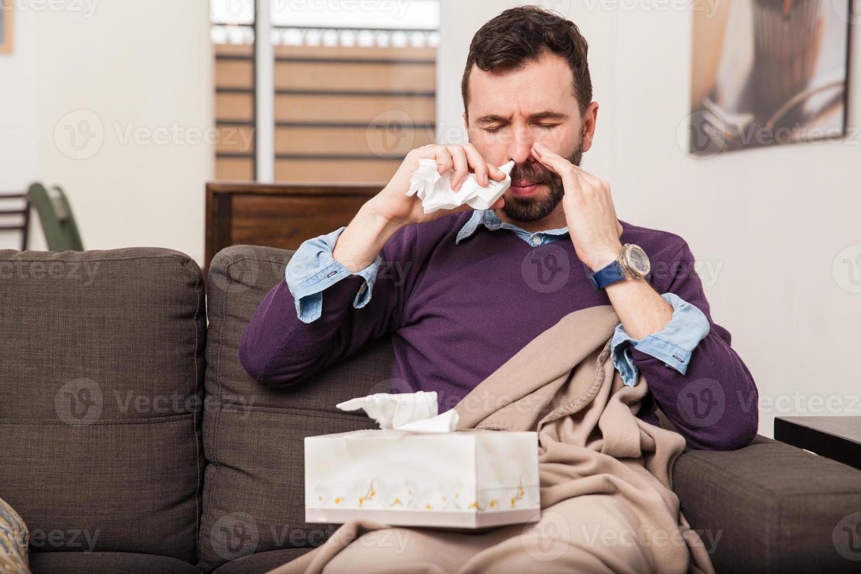 uomo usando un po 'di spray nasale foto