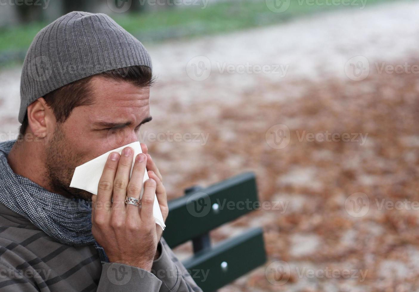 uomo che soffia il naso foto