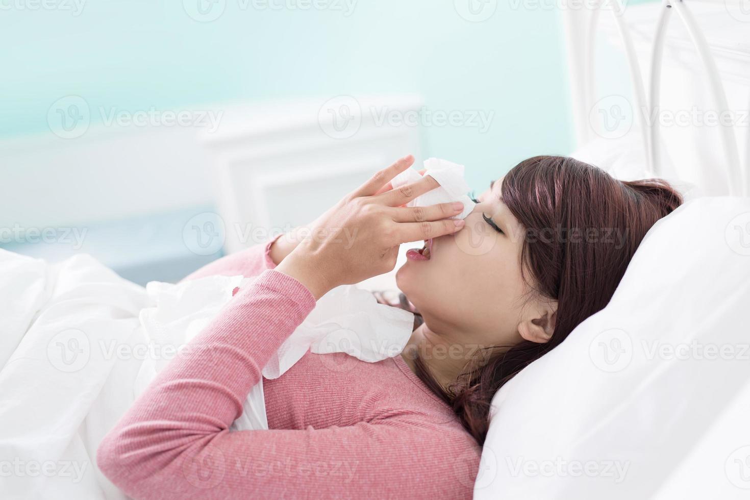la donna malata ha preso freddo foto