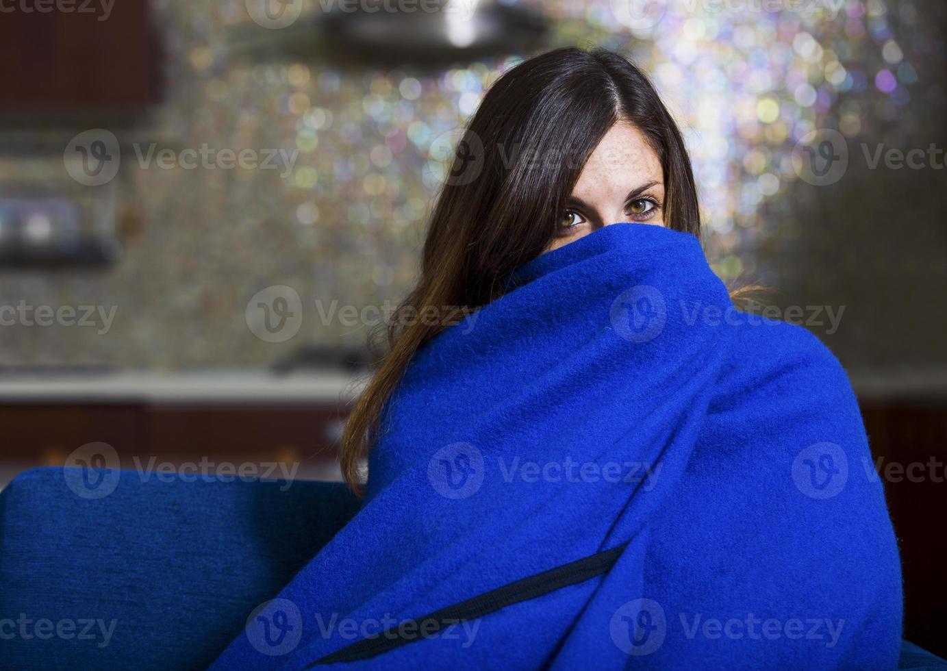 la giovane donna ammalata tossisce e soffia foto