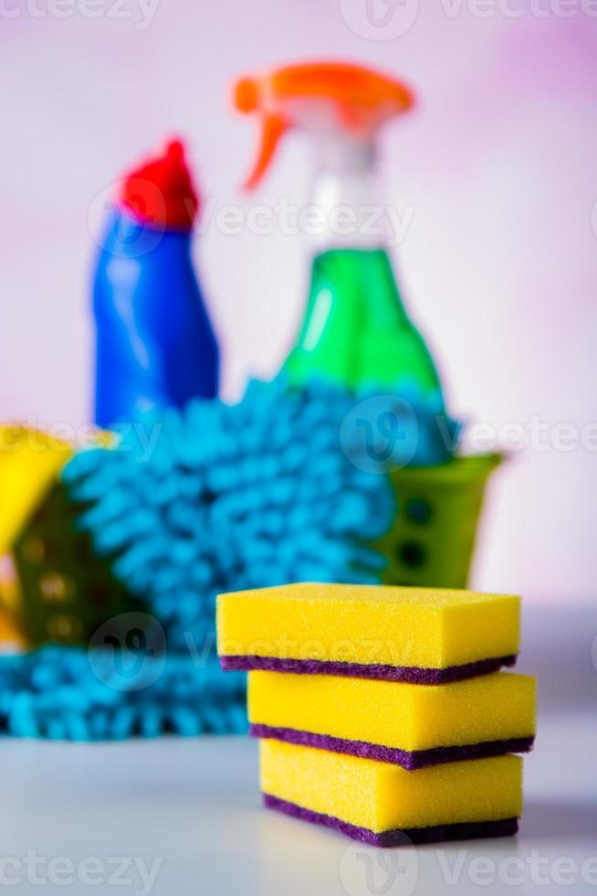 attrezzature per la pulizia su sfondo chiaro foto