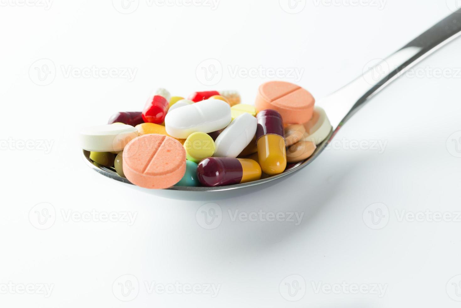 cucchiaio pieno di pillole di medicina foto