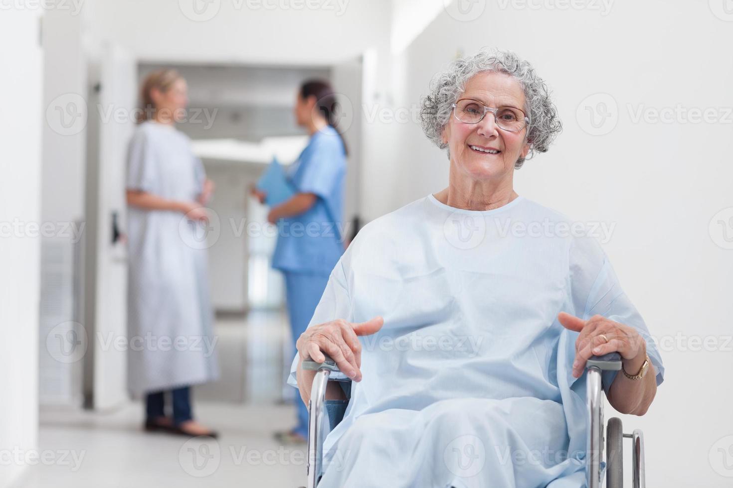 paziente anziano in corridoio foto