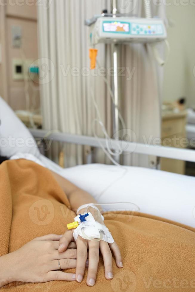 paziente sul letto d'ospedale foto