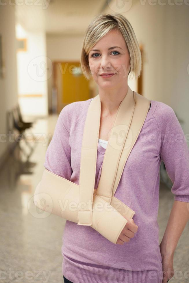 paziente con braccio in imbracatura foto