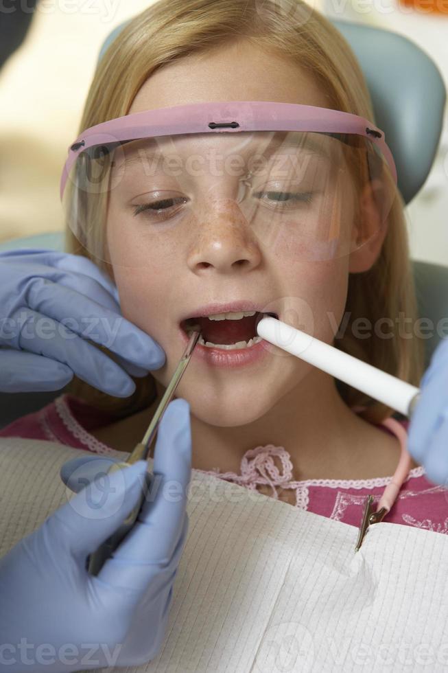 ragazza che ottiene controllo dentale foto