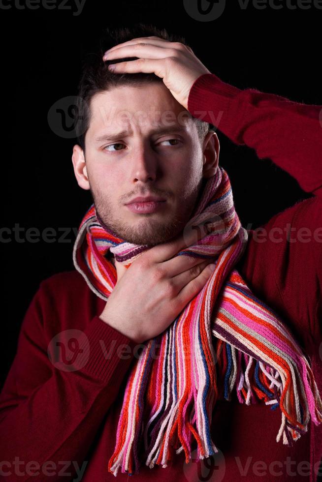 uomo malato con mal di gola foto