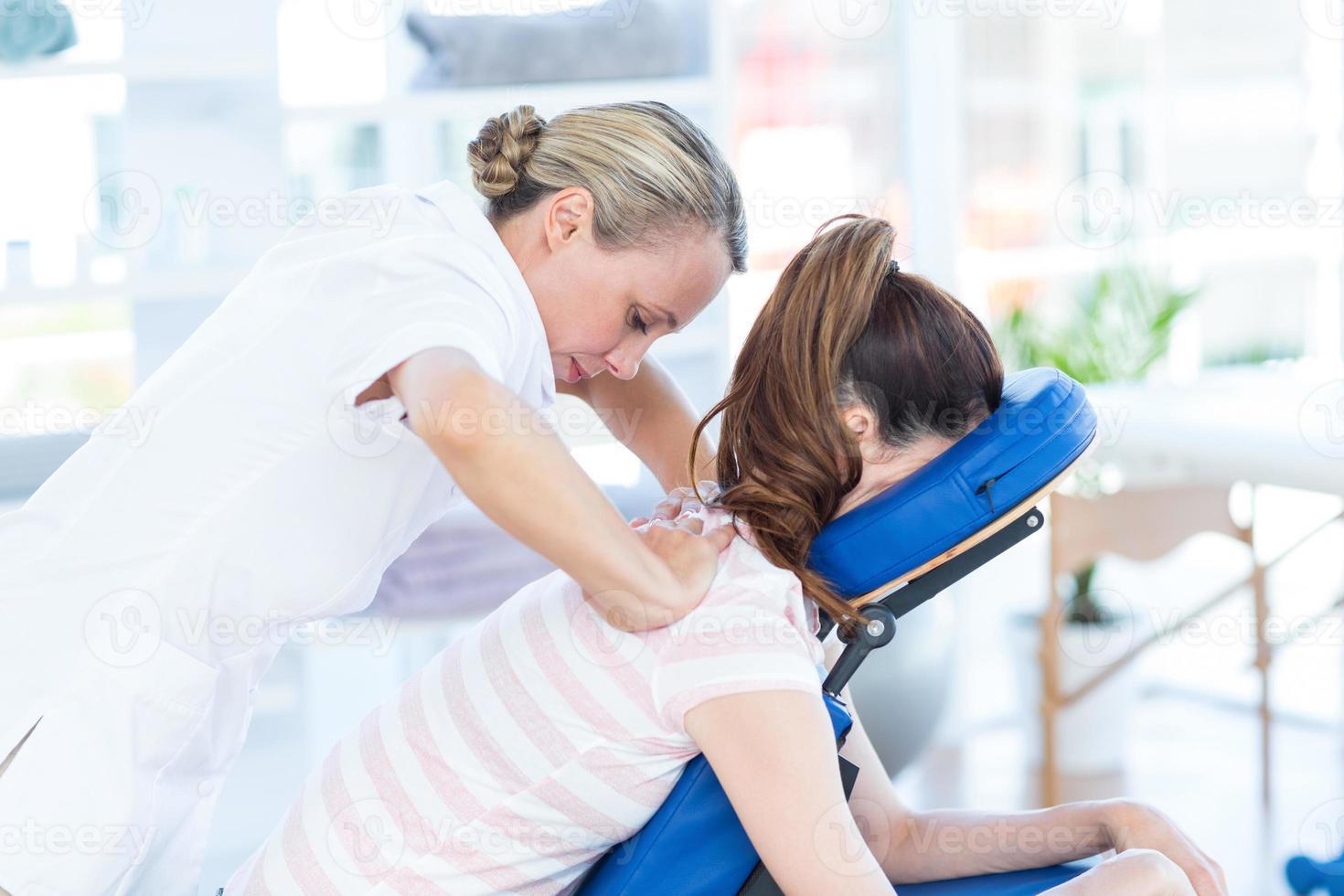 donna con massaggio alla schiena foto