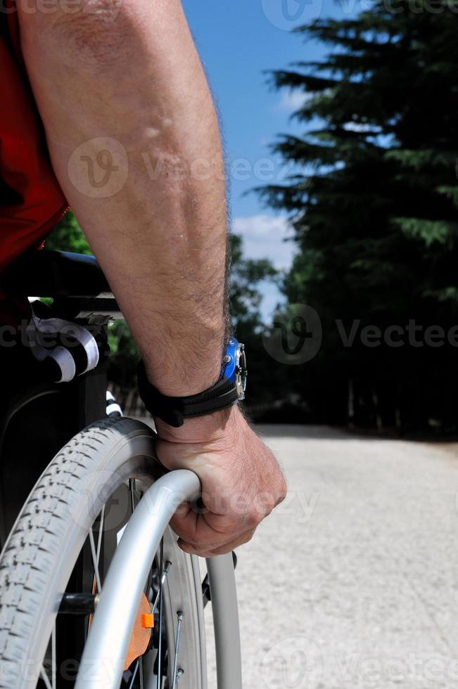 uomo in sedia a rotelle foto