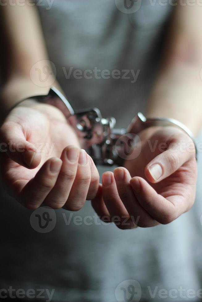 donna ammanettata che insacca per la libertà foto