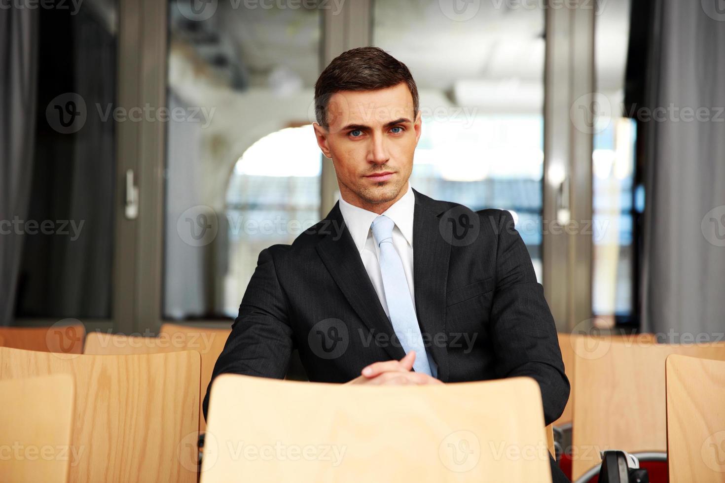 uomo d'affari seduto in sala conferenze foto