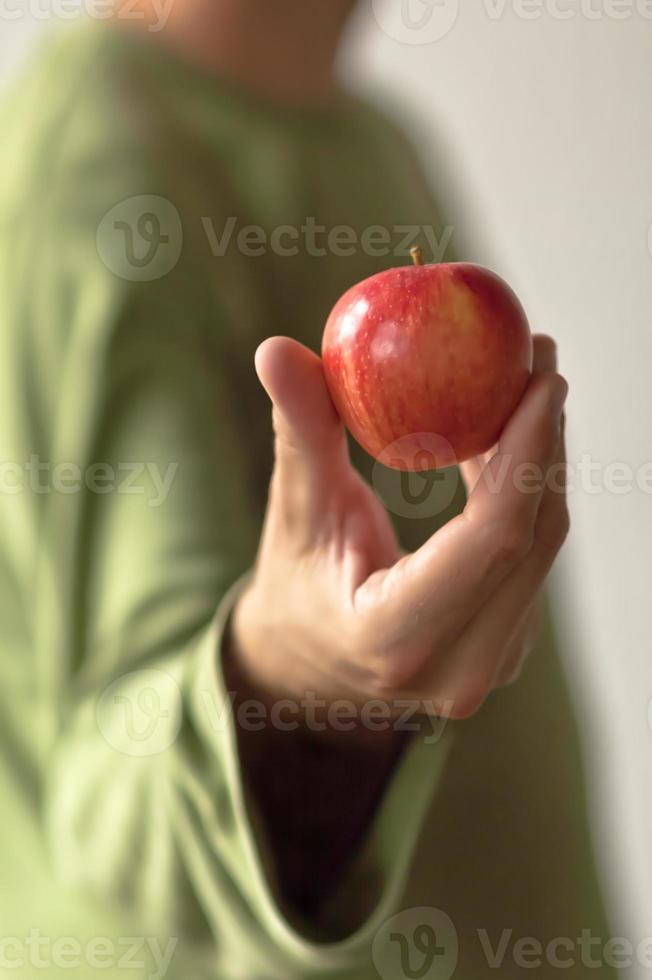 mela rossa in mano foto