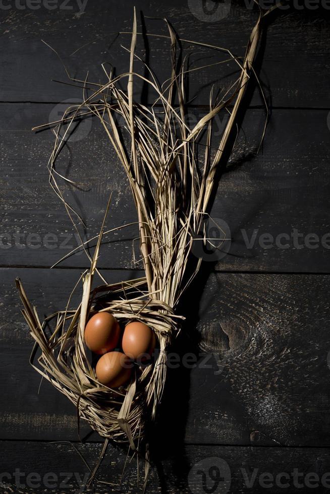 nido di pasqua, uova in paglia foto