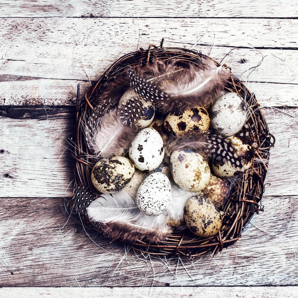 Canestro di Pasqua con le uova su fondo di legno. foto