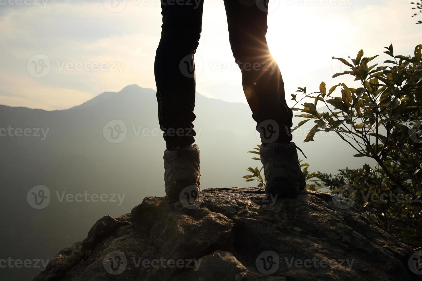 escursionismo gambe alba picco di montagna foto