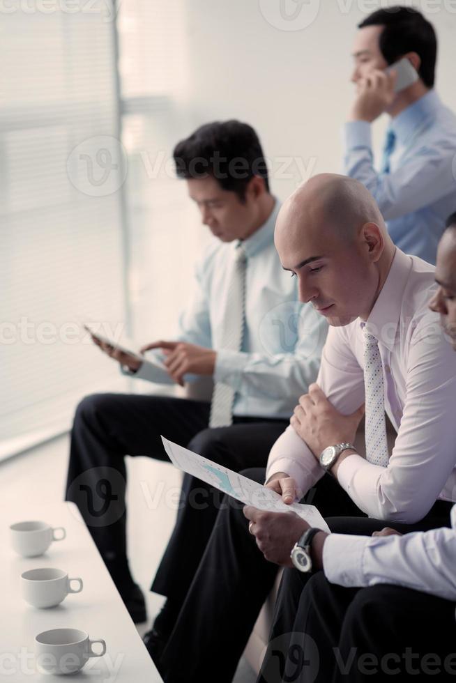 uomini d'affari impegnati foto