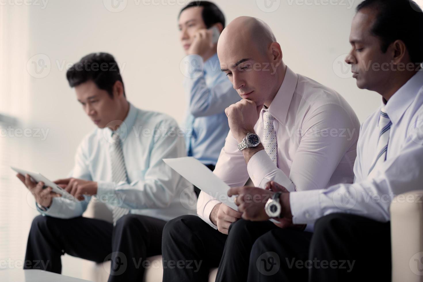 uomini d'affari che lavorano foto