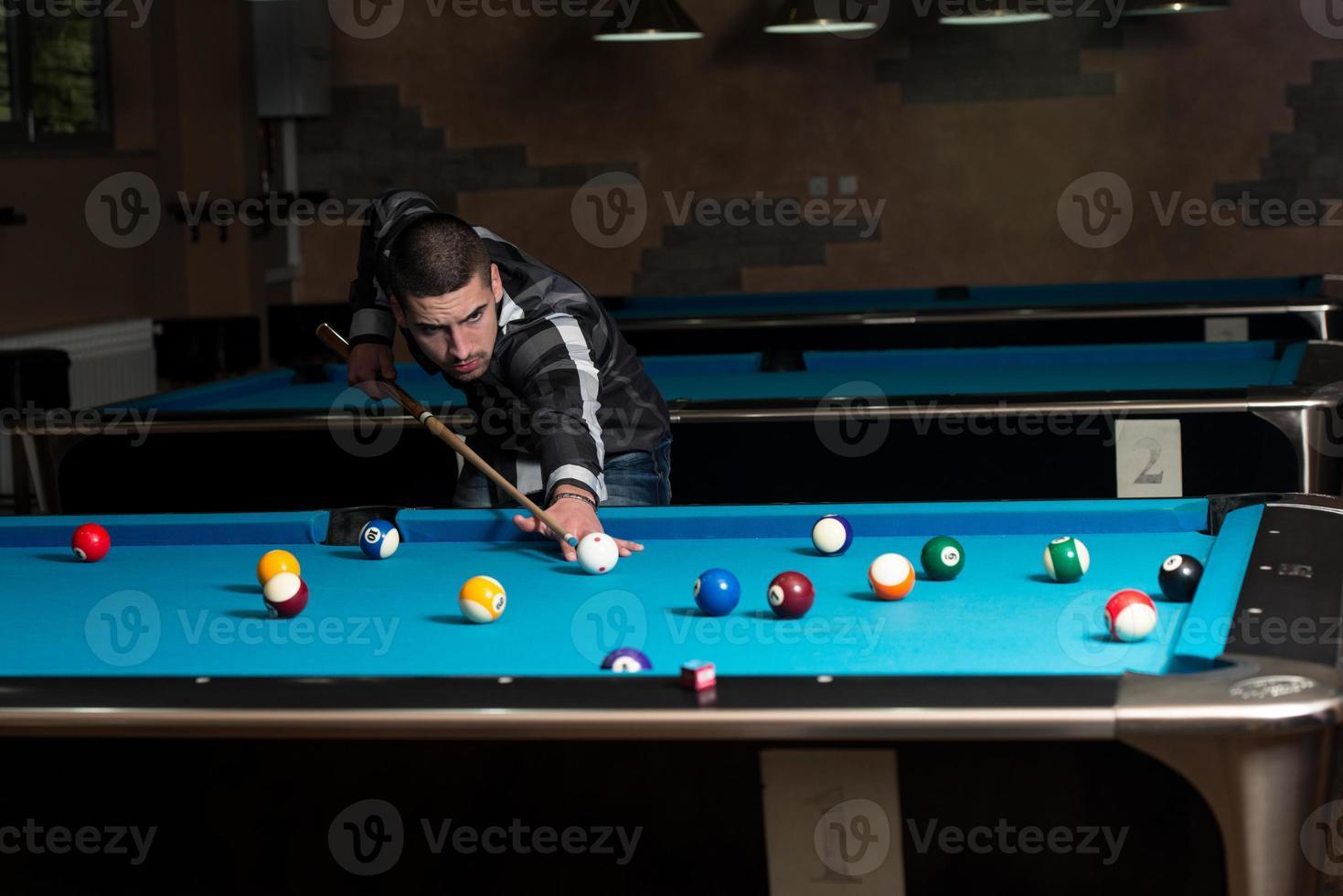 concentrazione del giovane sulla palla foto