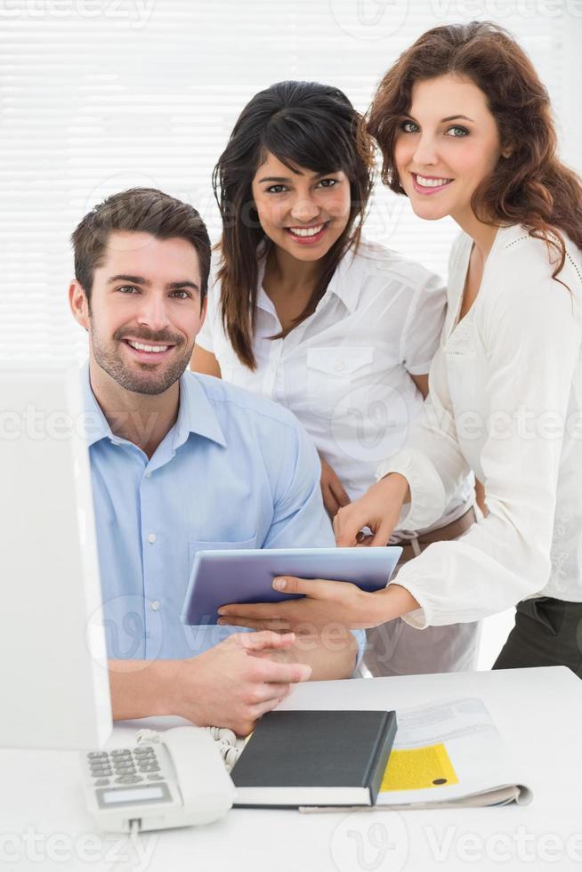 Ritratto di colleghe sorridenti guardando la fotocamera foto
