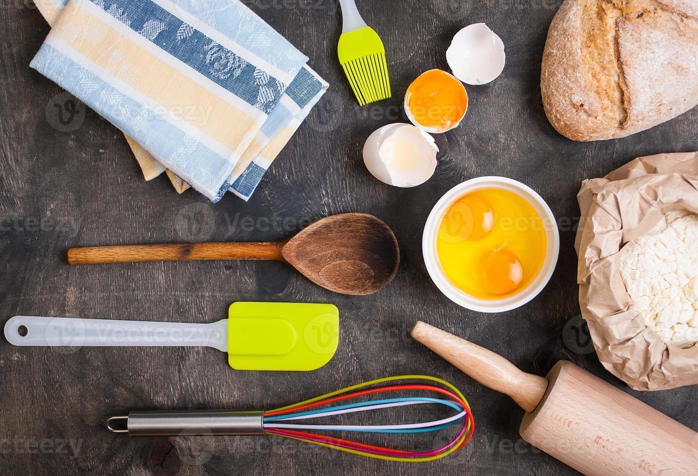 utensili da cucina cottura sul tavolo di legno dogato d'epoca dall'alto foto
