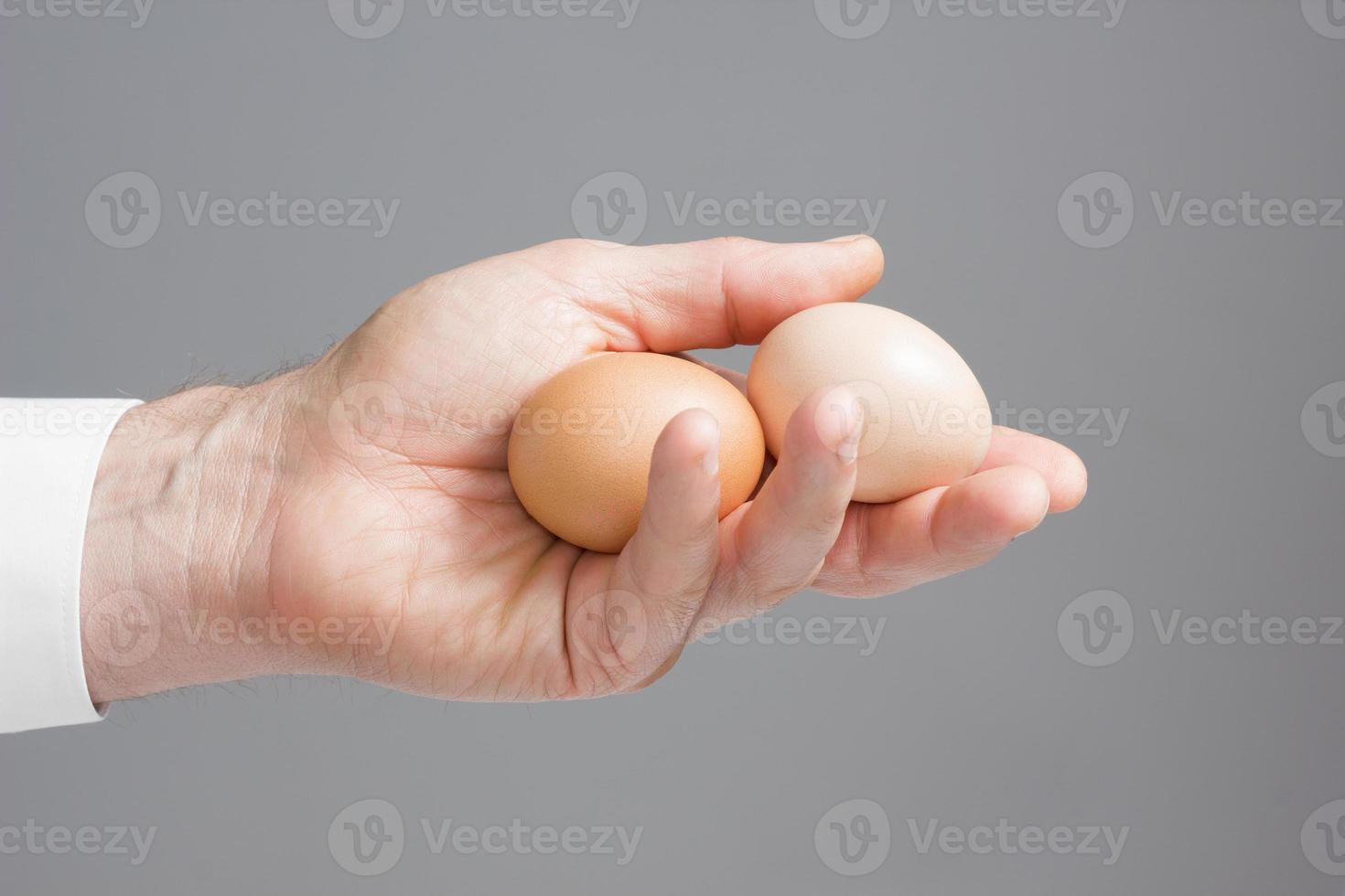 mano con due uova di gallina. foto