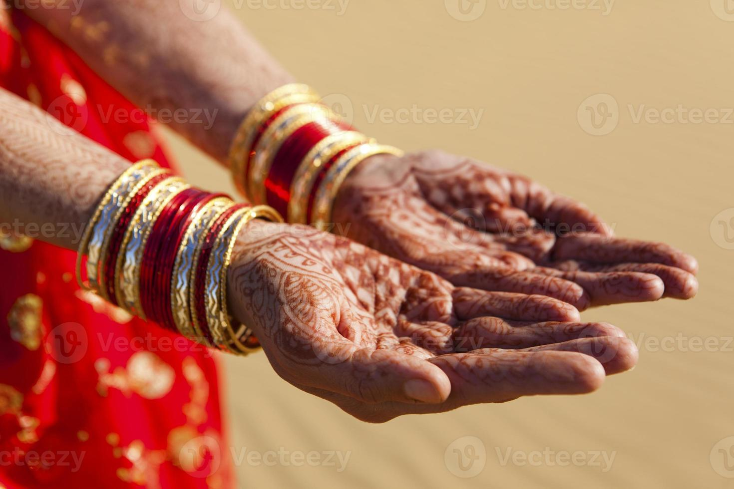 mani e braccialetti del hennè foto