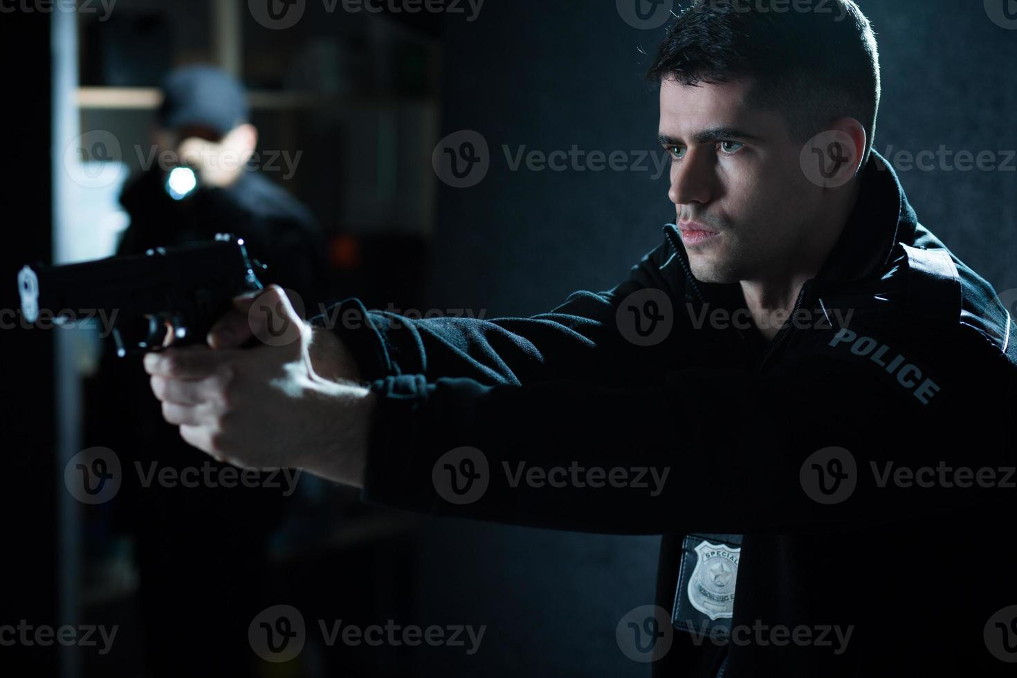 agente di polizia con pistola foto